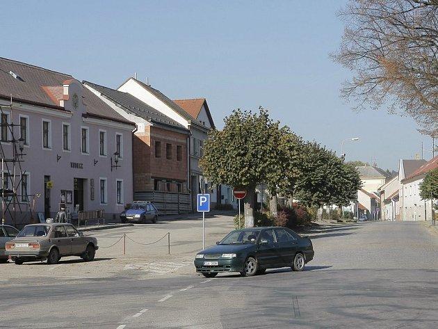 Řidiči se musí připravit na uzavírky, které budou při opravách na náměstí a v jeho okolí nezbytností.
