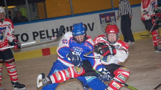 Hokejový dorost Pelhřimova už zná, jaké to je slavit ligové vítězství. Radost zažil po zápase s Hodonínem, podíl na výhře 3:2 měl i Michal Malý (na snímku vpravo).