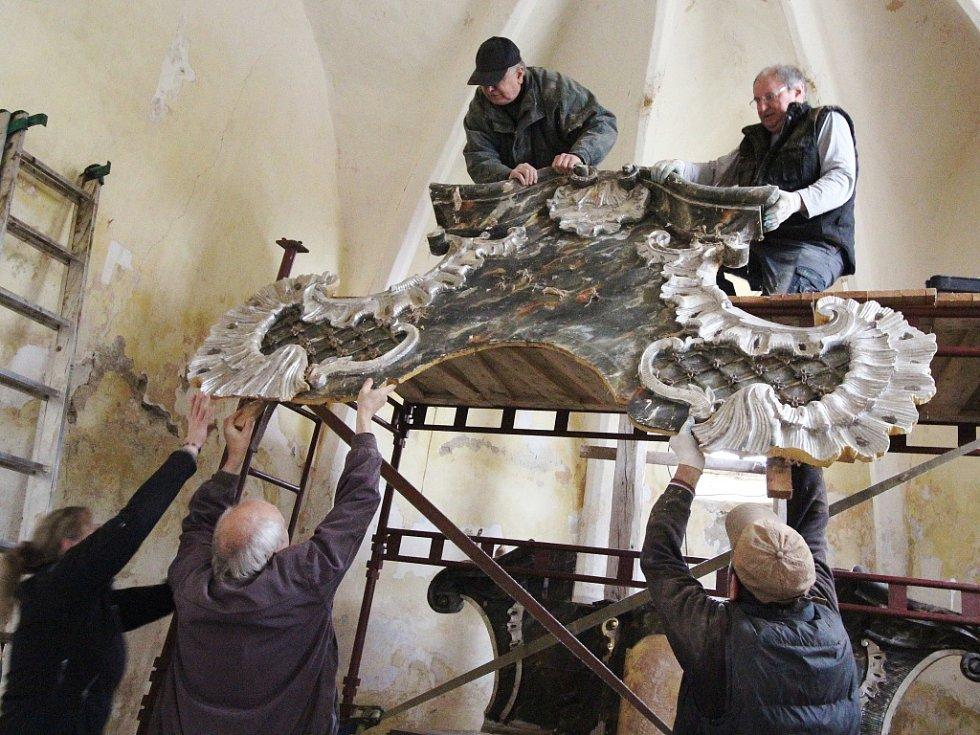 Rozpadající se oltář v kostele svatého Martina v Rovné u Hořepníku.