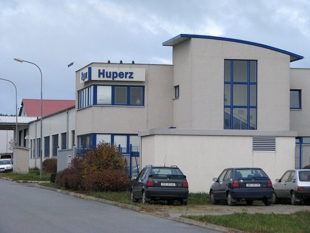 Hrozba propouštění nyní straší zaměstnance společností Edscha Bohemia ale i sousední firmy Huperz z Kamenice nad Lipou .