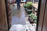 Přívalový déšť potrápil v sobotu obyvatele Nového Rychnova, kteří žijí v blízkosti potoka. Ti takovou spoušť nepamatují. Voda zaplavila sklepy, stodoly, garáže i zahrady.