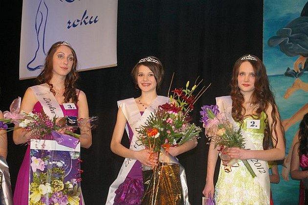 Daniela Dušková (uprostřed, vlevo druhá vicemis Anna Racková, vpravo první vicemiss Nicole Creweová) se mohla spolehnout na podporu spolužáků, na pódiu se nikdy necítila sama.
