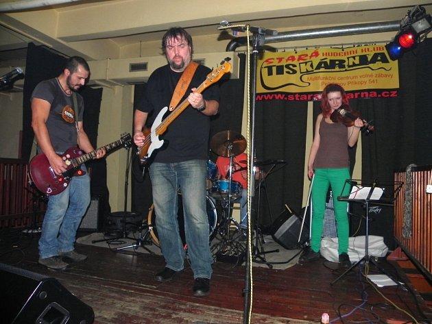 Členové kapely Lucky Nero při vystoupení ve Staré tiskárně.
