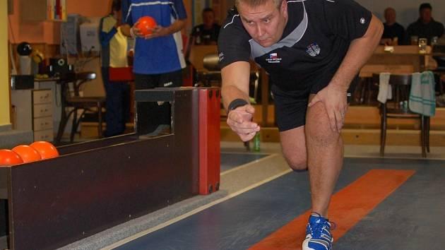 Ve skvělé formě odehrál utkání v Nové Bystřici Jiří Ouhel. Porazil 497 kuželek a nahrál obrovský náskok pro kamenický tým.