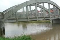 Voda v Trnavě v Hořepníku v úterý stoupala.Odpoledne jí chybělo pět centimetrů do 2.povodňového stupně.
