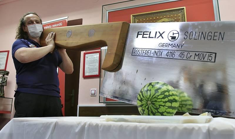 Muzeum rekordů a kuriozit v Pelhřimově představilo nový exponát - největší kuchyňský nůž v České republice.