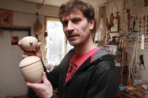 Daniel Truhlář ve své pacovské řezbářské dílně.