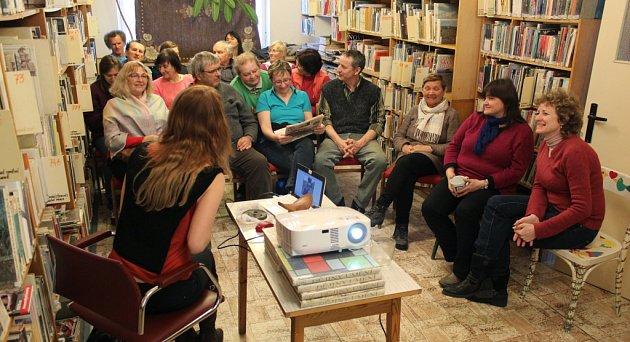 V dospělém oddělení kamenické městské knihovny se ve čtvrtek uskutečnila beseda s cestovatelkou Radkou Lindourkovou.