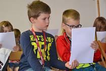 I když dvaadvacet žáčků třídy 1. A ze Základní školy Hradská v Humpolci už nějaký ten pátek čte, teprve v úterý oficiálně vstoupili do světa plného knih jako čtenáři humpolecké knihovny.