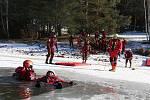Ve vodní nádrži Trnávka se v úterý 5. února uskutečnil výcvik záchrany osob ze zamrzlé vodní hladiny, kterého se zúčastnili profesionální hasiči z celé Vysočiny.