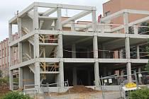 Aktuálně roste v areálu pelhřimovské nemocnice přístavba s výtahem.