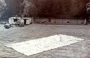 Na snímku z června 1983 je vidět dokončené rozšířené střeliště pro 21 závodníků a probíhající stavba hospodářské budovy.