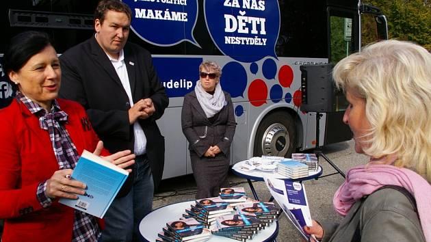 Několik lidí včera u pelhřimovského Máje využilo možnost setkat se s vysočinskou jedničkou hnutí ANO Věrou Jourovou (v červeném).