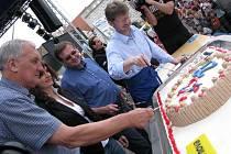 Maxidort vyrobený pekárnou Adélka byl rozkrájen a rozdán mezi návštěvníky festivalu rekordů a kuriozit v Pelhřimově za 8minut a 23 vteřin