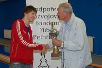 Soutěž středních škol vyhrála s převahou Obchodní akademie. Pohár z rukou starosty Pelhřimova Leopolda Bambuly převzal Josef Kropáček.
