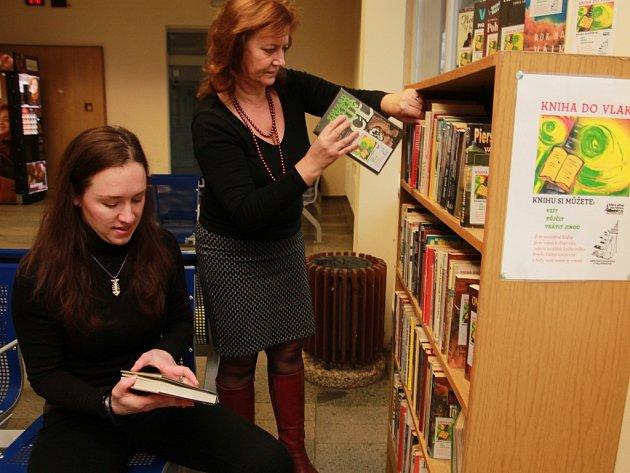Vedoucí pelhřimovské městské knihovny Iva Rajdlová spolu s knihovnicí Monikou Krejčovou (vlevo) v úterý ráno dokončily poslední úpravy regálu na pelhřimovském vlakovém nádraží. Pak už si knihy mohli půjčit první cestující.