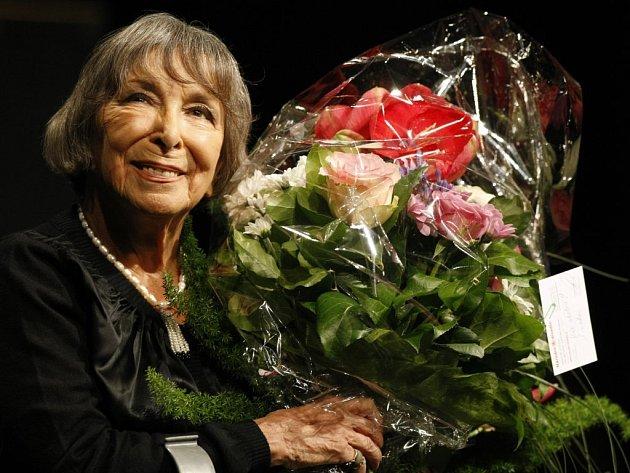Velký aplaus a záplava květin, tak končí každý koncert Hany Hegerové. Její vystoupení je pro publikum vždy velkým zážitkem. Možnost poslechnout si naživo nekorunovanou královnu českého šansonu dostanou i Pelhřimovští.