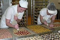 Cukrářky mají před vánočními svátky plné ruce práce. Ty v pelhřimovské Adélce vyrábějí každoročně hned několik druhů.