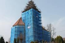Barokní kostel v Lidmani je nyní obehnaný lešením, rekonstrukce by měla skončit letos do 31. července.