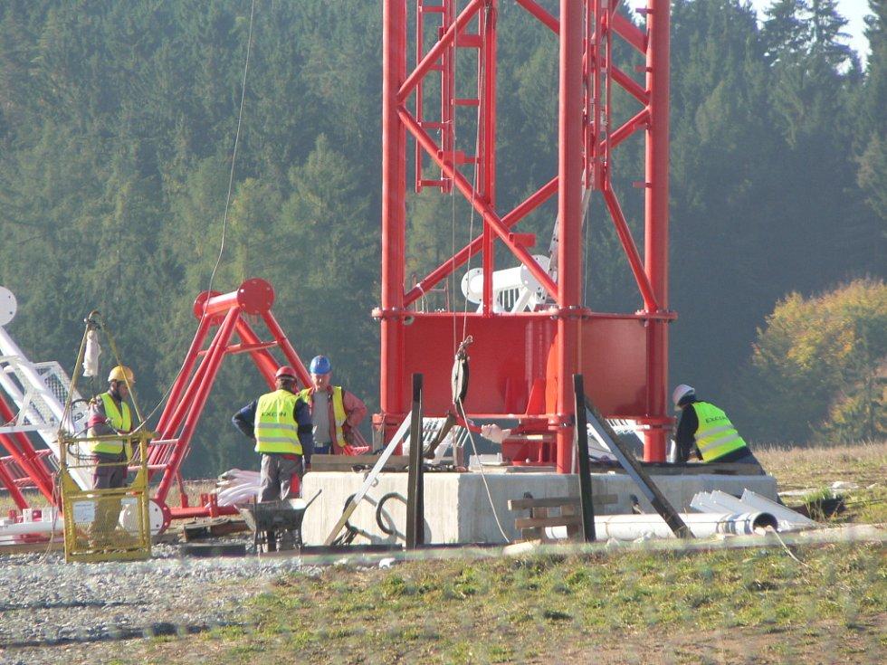 Práce na stavbě 250 metrů vysokého stožáru u observatoře v Košeticích čile pokračují. Stavaři minulý týden pracovali na ukotvení druhého lana.