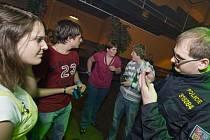 Pelhřimovské a humpolecké diskotéky a kluby si v pátek v noci vzali na mušku policisté. Kontrolovali, zda obsluha prodává alkohol mladistvým.
