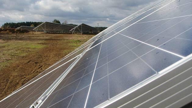 Sluneční kolektory, které stojí u silnice nedaleko Komorovic, začnou vyrábět proud ještě do konce roku