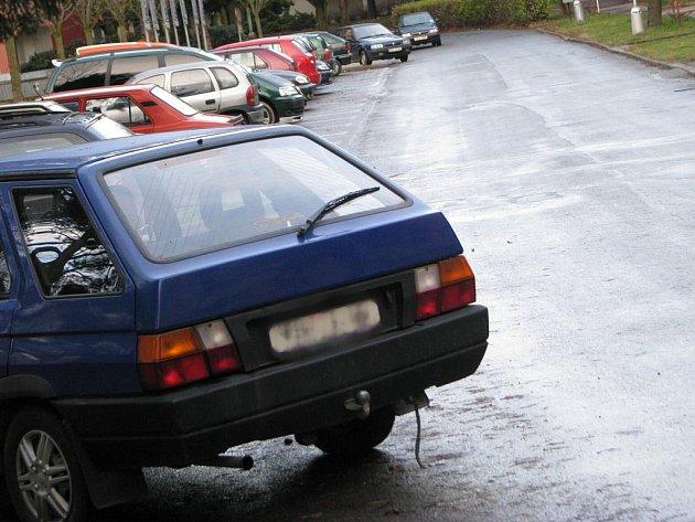 I přes den je ulice na Pražské plná nevhodně zaparkovanými auty. Tento problém asi jen tak neskončí. Záleží pouze na lidech samotných, zda těch pár kroků navíc udělají.