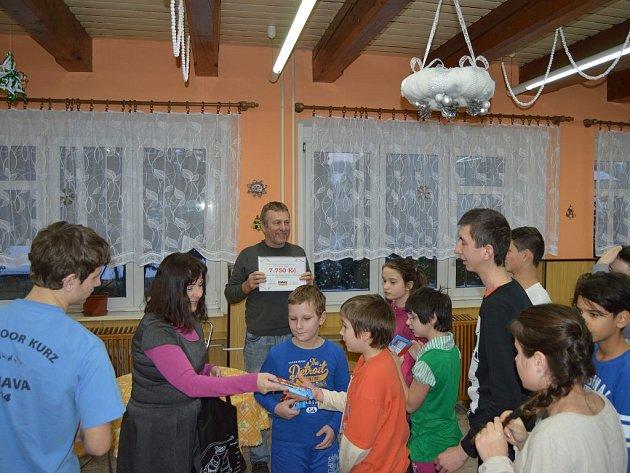 Dětský domov dostal od Osmy Komorovice finanční dar.