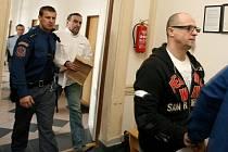 Jiří Vacíř (vpředu) a Rudolf Mojžíš tráví dny mezi soudními přelíčeními za mřížemi. Nejmladší z trojice obžalovaných, Jan Jüptner, který ipodle tvrzení obou mužů na snímku měl na vymáhání dluhů zanedbatelný podíl, je na svobodě.