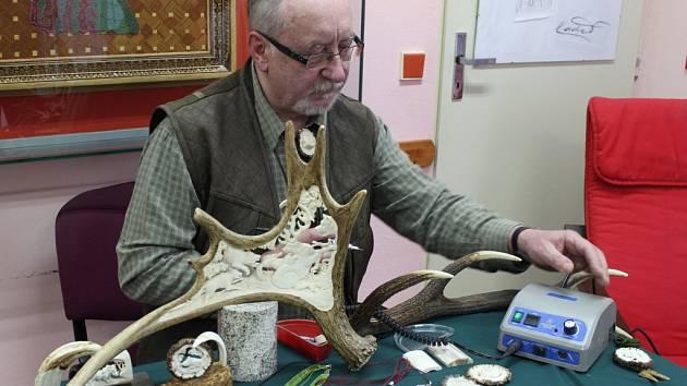 Miroslav Třmínek se díky své zálibě, vyřezávání do parohů, zapsal do české knihy rekordů.