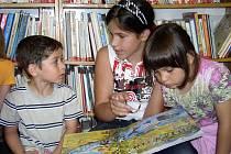 V kamenické knihovně čtenáři tráví hodně volného času. Navštěvují ji i děti z dětského domova.