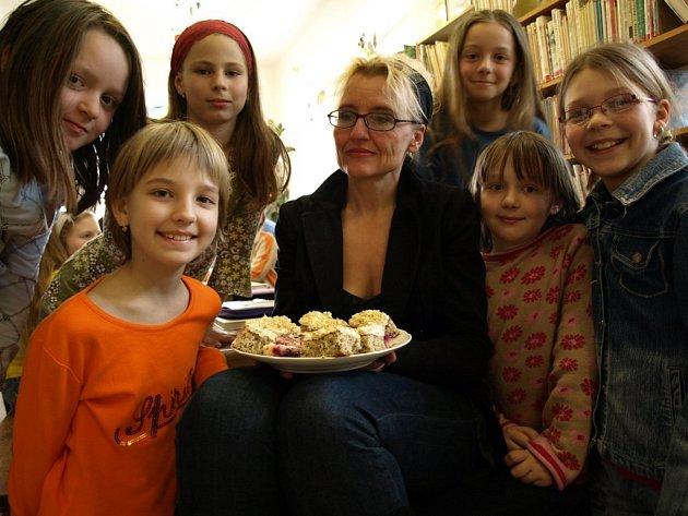 Renáta Fučíková mezi kamenické čtenáře nepřijela s prázdnou. Pro všechny mlsné jazýčky vlastnoručně upekla borůvkový koláč.