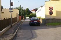 Dvě auta se zde těžko vyhnou, aniž by musela vjet na chodník (vpravo je areál hasičárny).