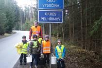 Akce mladých hasičů. Zapojili se opět do úklidu v okolí silnice v Černovicích
