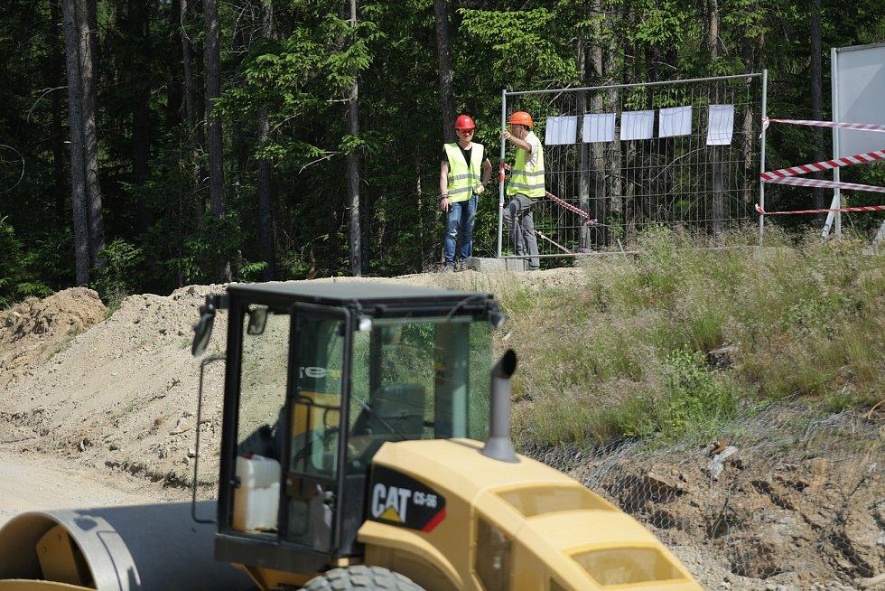 Ekodukt, neboli most pro zvěř u Humpolce je téměř hotov.