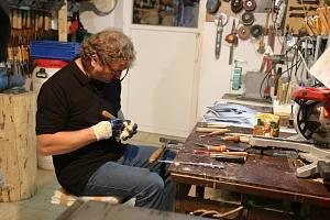 Řezbář z Kamenice nad Lipou Bohumil Biňovec stále pracuje na tvorbě svého třetího betlému.