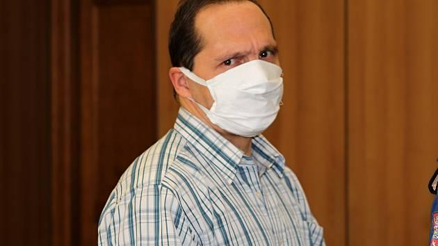 Roman Fousek před soudem v Táboře. Je obžalovaný z vraždy.