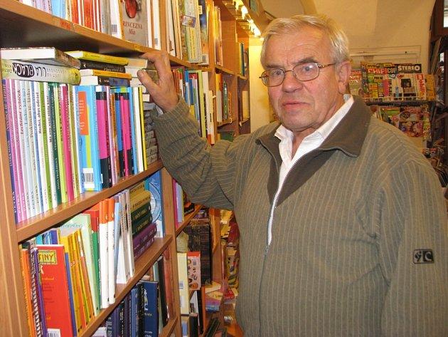 V malém obchůdku u Rynárecké brány prodává nejstarší český knihkupec Jaromír Vytopil. Ten bude poslední lednovou sobotu oceněn Cenou města Pelhřimova.