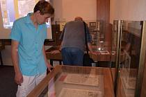 Výstava archiválií psaných různými druhy písma, která včera začala, potrvá až do pátku. Prohlédnout si ji mohou i školáci.
