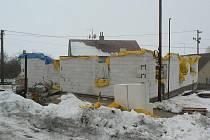 Stavba v Roučkovicích roste místním doslova před očima. Chybí pouze krov a střecha.
