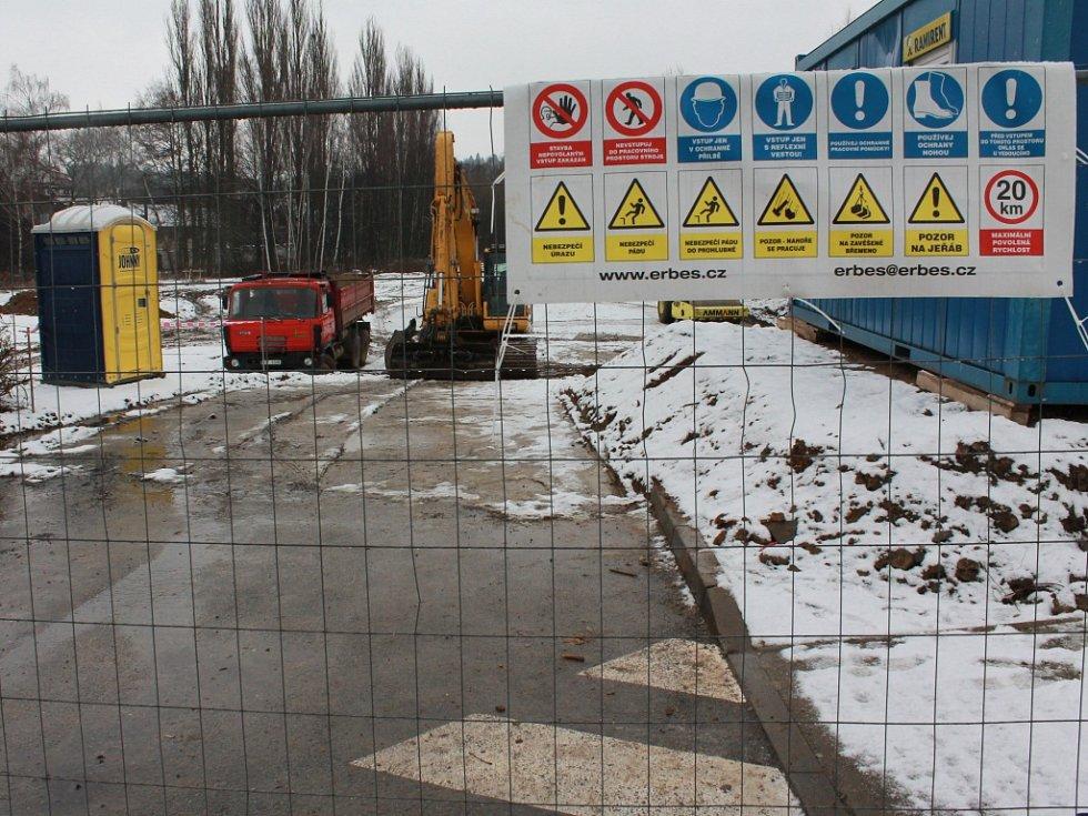 V sousedství letitého supermarketu, kde zůstala dlouhá léta nevyužitá lokalita, se už rýsuje regulérní staveniště včetně nezbytného zázemí.