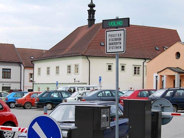 Cedule, informující o obsazenosti parkoviště před městským úřadem v Pelhřimově, mátla řidiče. Přestože svým zeleným nápisem hlásila volno, parkoviště bylo obsazené.