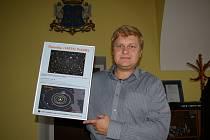 Dokument darovaný astronomem Milošem Tichým drží starosta Karel Štefl.