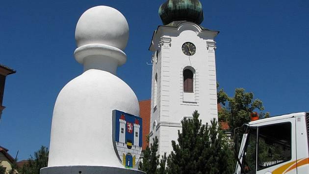 Obří šachová figurka našla své místo na náměstí svatého Víta v Pelhřimově.