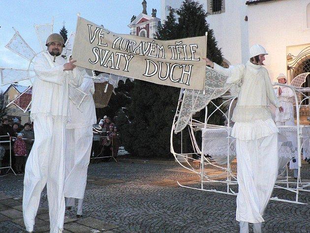 Malí ani velcí návštěvníci si v sobotu odpoledne nenechali ujít slavnostní rozsvícení vánočního stromu v Pacově. Tomu předcházelo představení divadla Kvelb z Českých Budějovic.