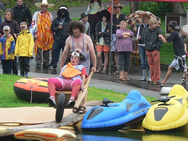 Smysl pro humor a také odvaha nechyběly účastníkům sobotní Putimovské lávky. Ta se konala na rybníku na návsi v Putimově na Pelhřimovsku.