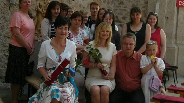 Ocenění. V popředí zleva Dagmar Arnotová a Anna Doležalová po předání ocenění spolu s osazenstvem Oblastní charity Havlíčkův Brod.