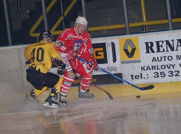 Pelhřimovští hokejisté nepřivezli z daleké cesty ani bod. Na snímku u mantinelu bojuje Jaromír Florián.