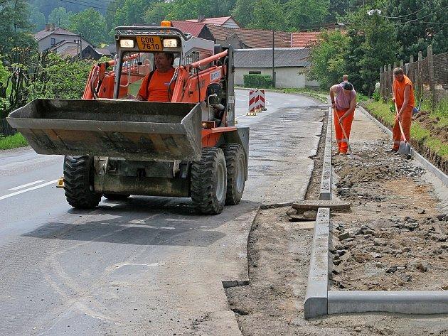 Podél rušné hlavní silnice v Myslotíně se to v těchto dnech jen hemží řemeslníky. Opravy se v této pelhřimovské místní části dočkal chodník rozdrcený od kamionu. Práce, které nepotrvají na třicetimetrovém úseku déle než týden, budou stát do padesáti tisíc