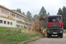 Nové sportovní víceúčelové hřiště vzniká v areálu základní a mateřské školy v Černovicích.
